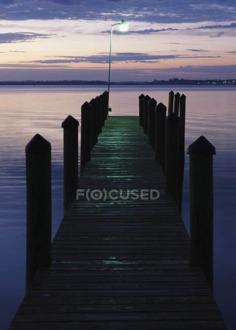 Darsena di legno all'alba con scenario della contea di Manatee, Florida, Stati Uniti — Foto stock