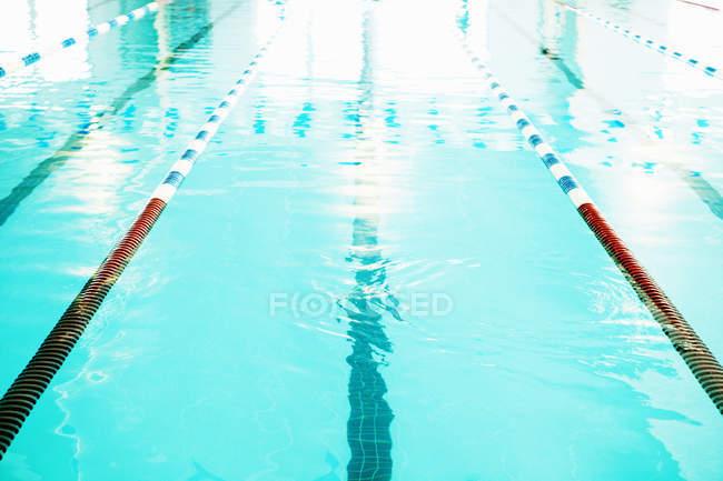 Calles de natación en piscina deportiva pública - foto de stock