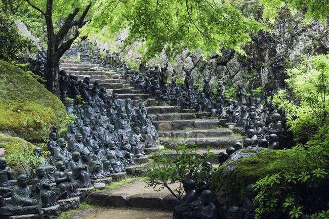 Статуї підкладці кроки в Temple саду, Хонсю, острів, Японія, Азія — стокове фото
