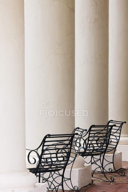 Кованые железные стулья и колонны, Луизиана, Сша — стоковое фото