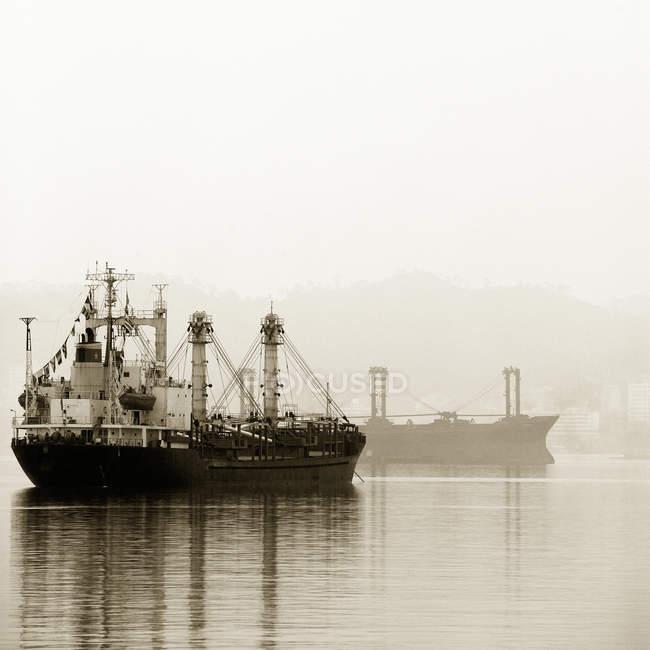 Кораблі в затоці, затока Халонг, Куанг Ninh, В'єтнам — стокове фото