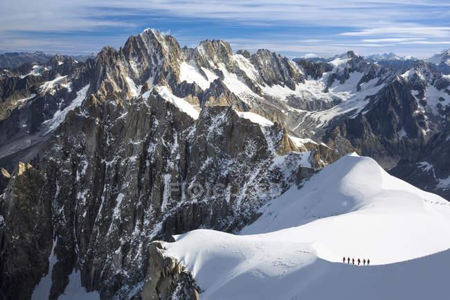 Альпіністи на снігу Прямуючи до гори Блан, Шамоні, Франція — стокове фото