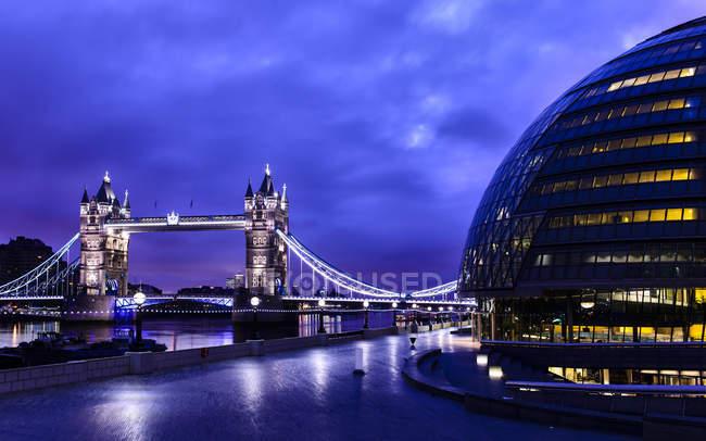 Тауэрский мост загорелся ночью, Лондон, Великобритания — стоковое фото