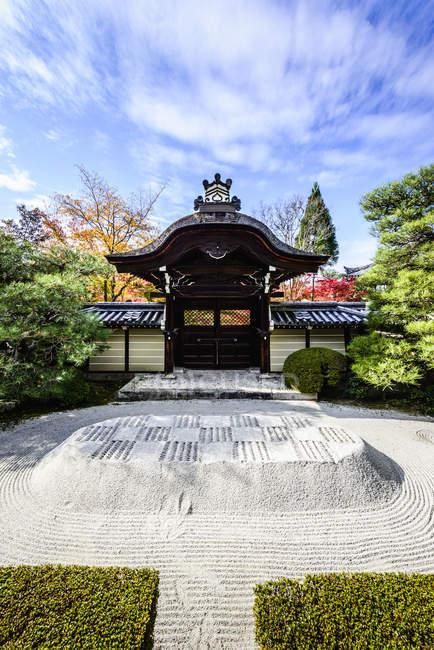 Combed gravel field in zen garden in Fushimi Inari shrine, Japan — Photo de stock
