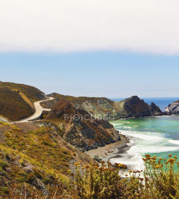 Хвилі на скелястих скелях, Біг-Сур, Каліфорнія, США — стокове фото