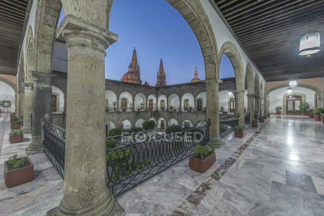 Arches and courtyard of Governor's Palace, Guadalajara, Jalisco, Mexico — Stock Photo