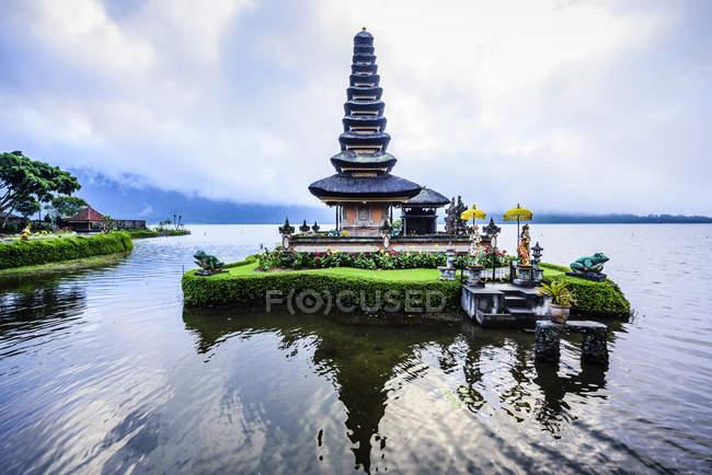 Пагода плаває на воді, Baturiti, Балі, Індонезія — стокове фото