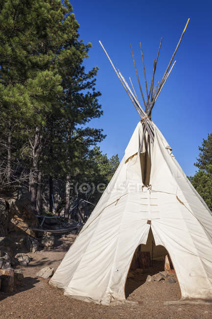 Native American teepee, Mount Rushmore National Memorial, Black Hills, South Dakota, United States — стокове фото