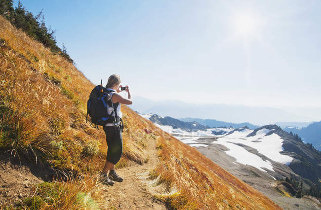 Frau fotografiert abgelegene Berge am Hang von mt baker, washington, USA — Stockfoto