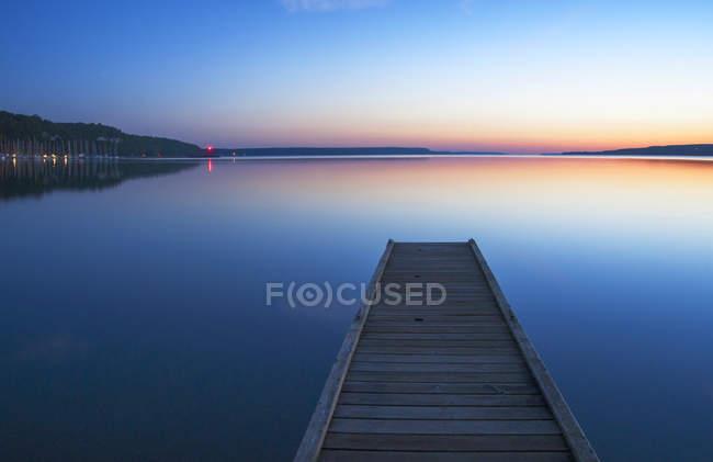 Quai en bois au-dessus d'un lac calme, Wiarton, Ontario, Canada — Photo de stock