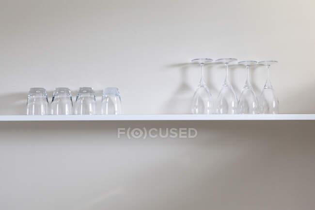 Óculos de vinho e suco na prateleira — Fotografia de Stock