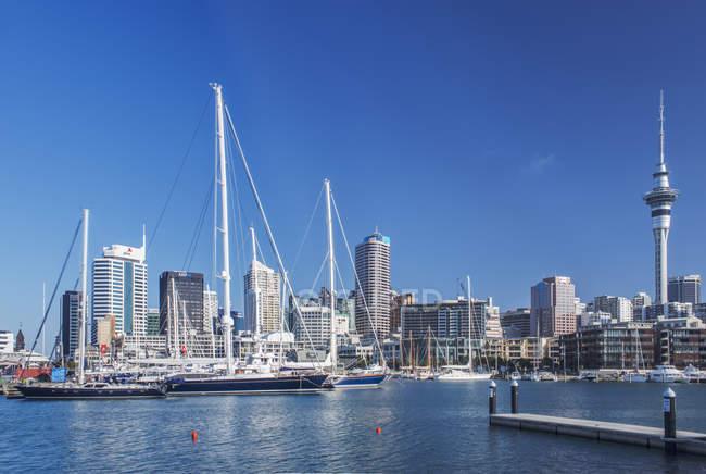 Auckland skyline and harbor, Auckland, Nueva Zelanda - foto de stock
