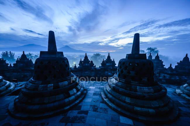 Silueta de monumentos en Borobudur, Jawa Tengah, Indonesia - foto de stock