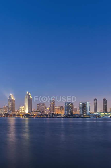 Небо над городом освещается ночью, Сан-Диего, Калифорния, США — стоковое фото
