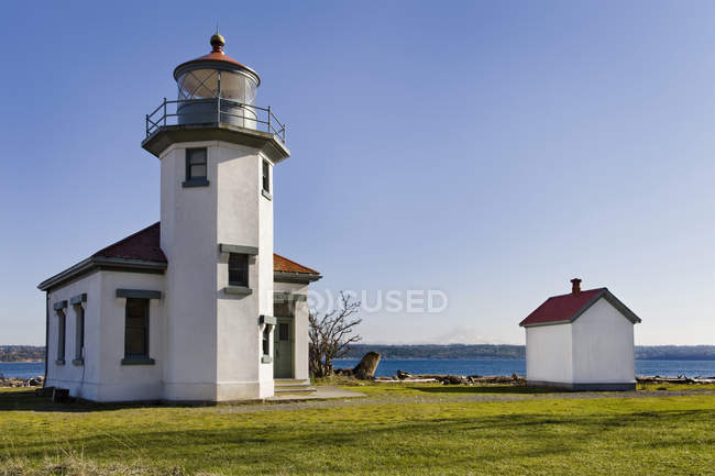 Faro con vistas al océano, Point Robertson, Washington, Estados Unidos - foto de stock