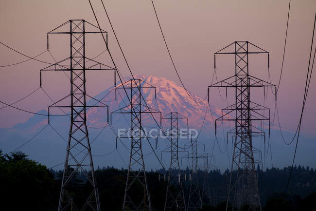 Electricity pylons near mountain landscape, Seattle, Washington, USA — Stock Photo