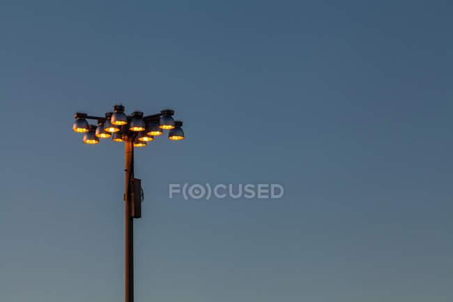 Straßenlaternen gegen dunkelblauen Himmel in der Dämmerung, Rassel, usa — Stockfoto