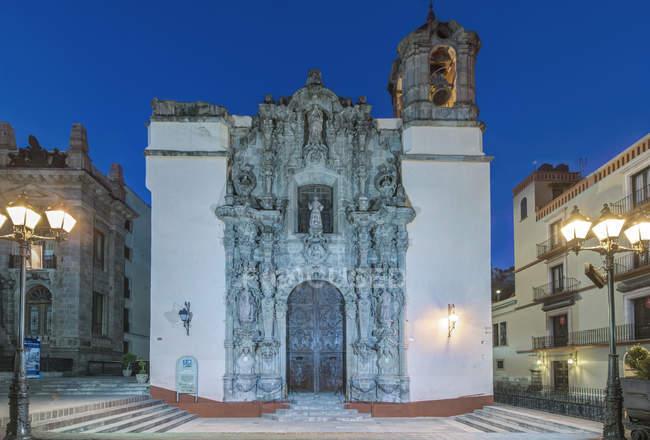 San Diego Church at dusk in street of Guanajuato, Guanajuato, Mexico — стокове фото