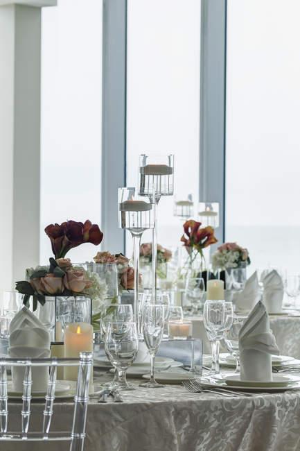Mittelstück auf Tisch im Ballsaal des Luxushotels — Stockfoto
