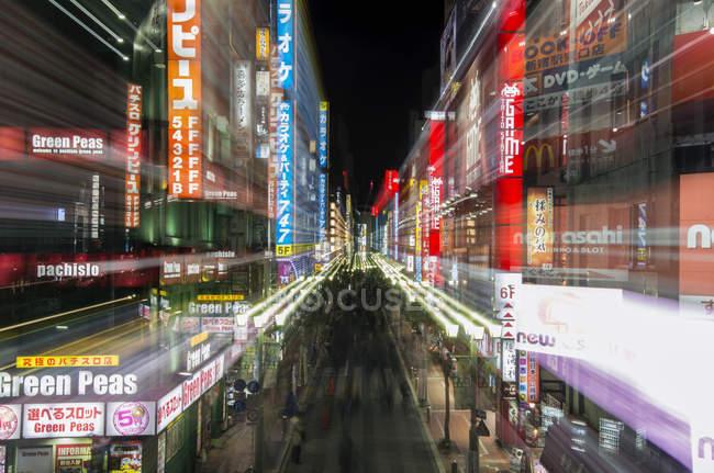 Cidade de Tóquio sinais de rua iluminando à noite, Tóquio, Japão — Fotografia de Stock