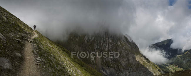 Hiker silhouette in clouds on mountain path, Mt Blanc, Switzerland — Foto stock