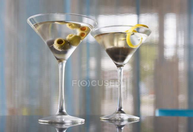 Nahaufnahme von zwei garnierten Cocktails in Gläsern — Stockfoto