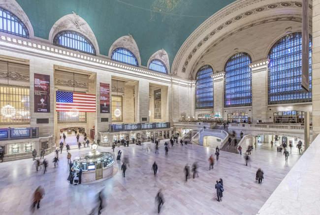 Povos borrados da vista na estação central grande, New York City, New York, Estados Unidos — Fotografia de Stock