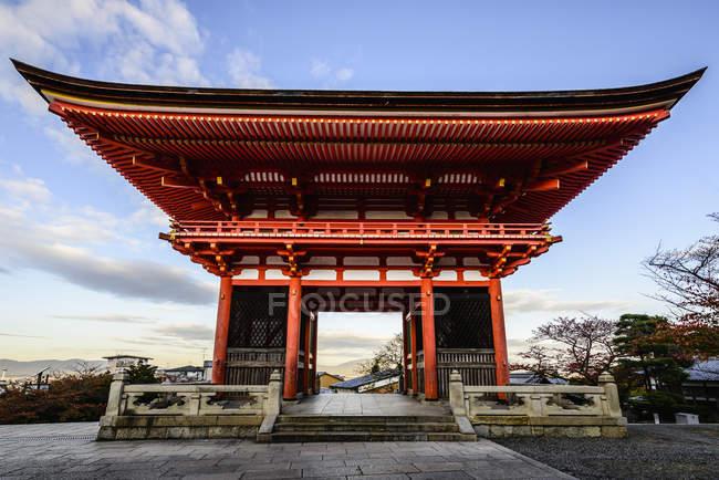 Entrada para Kiyomizu Dera sob céu azul, Kyoto, Japão — Fotografia de Stock
