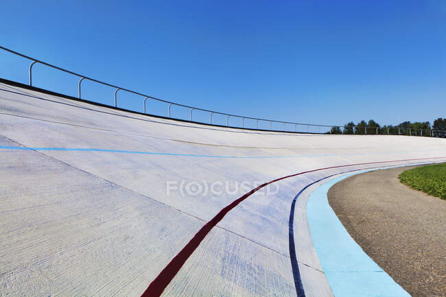 Elevated racing track and clear blue sky — Stock Photo