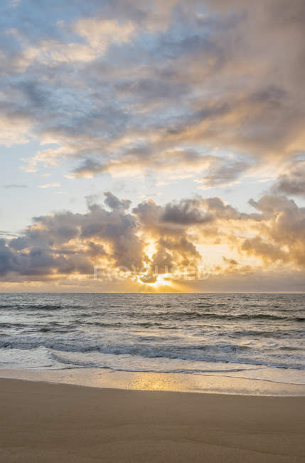 Sunrise over ocean on beach, Kealia Beach, Hawaii, USA — Stock Photo