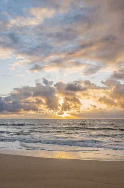Схід сонця над океаном, пляж Кіалія, Гаваї, США — стокове фото