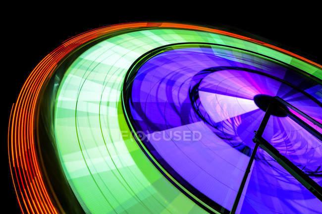 Spinning neon Ferris roue au parc d'attractions la nuit, Puyallup, Washington, Etats-Unis — Photo de stock