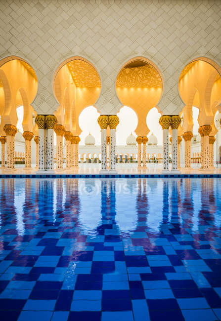 Ornate tiled arches of Grand Mosque, Abu Dhabi, United Arab Emirates — Photo de stock