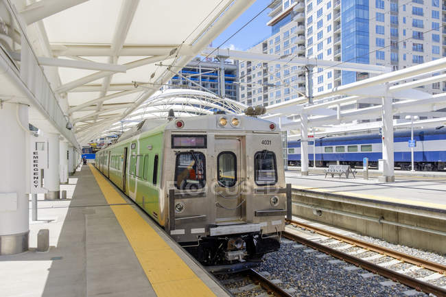 Train waiting at train station in Denver, Colorado, USA — Stock Photo