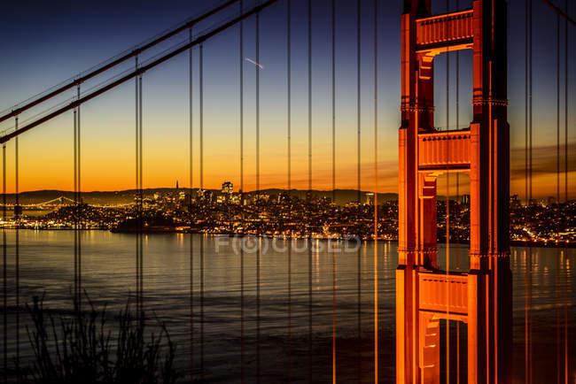 Міст Золоті ворота та горизонт Сан-Франциско освітлилися вночі, Сан-Франциско, Каліфорнія, США — стокове фото