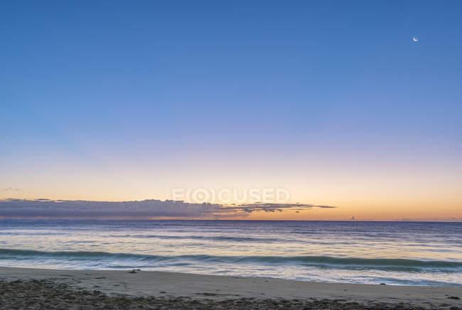 Lever de soleil au-dessus de la plage et de l'eau de l'océan, Hawaï, Etats-Unis — Photo de stock