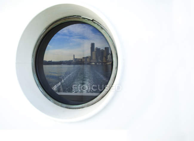 Skyline de la ciudad que se refleja en ferry porthole, Seattle, Washington, Estados Unidos - foto de stock