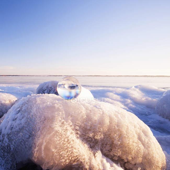 Esfera de vidro em formações rochosas congeladas — Fotografia de Stock