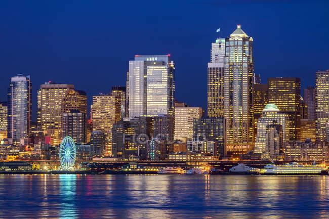 Número 12 iluminado en rascacielos, Seattle, Washington, Estados Unidos - foto de stock