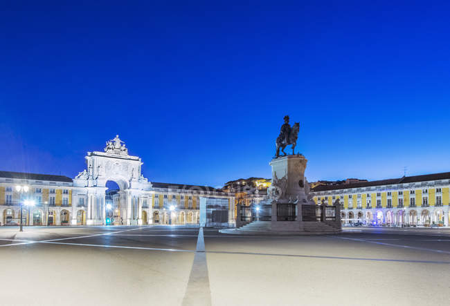 Illuminated fountain and ornate buildings in Commerce Square, Lisbon, Lisbon, Portugal — Stock Photo
