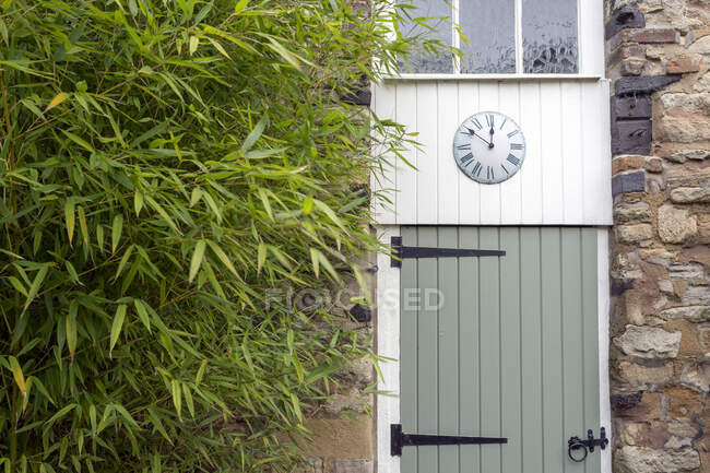 Uhr am umgebauten Scheunentor — Stockfoto