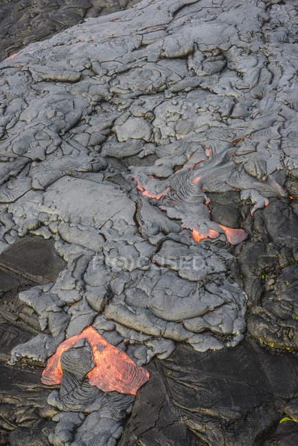 Розплавлена лава світиться біля сушеної лави на скелі великого острова, Гаваї, США — стокове фото