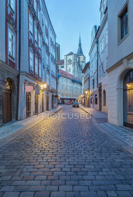 Вулиця бруківка на світанку, Прага, Чехія — стокове фото