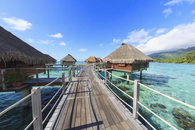 Terrazzo che collega bungalow sull'oceano tropicale, Bora Bora, Polinesia Francese — Foto stock