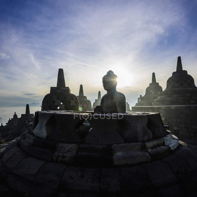 Silhueta dos monumentos em Borobudur, Jawa Tengah, Indonésia — Fotografia de Stock
