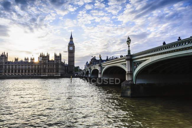 Захід сонця над будинками парламенту, Лондоном, Англія, Великобританія — стокове фото