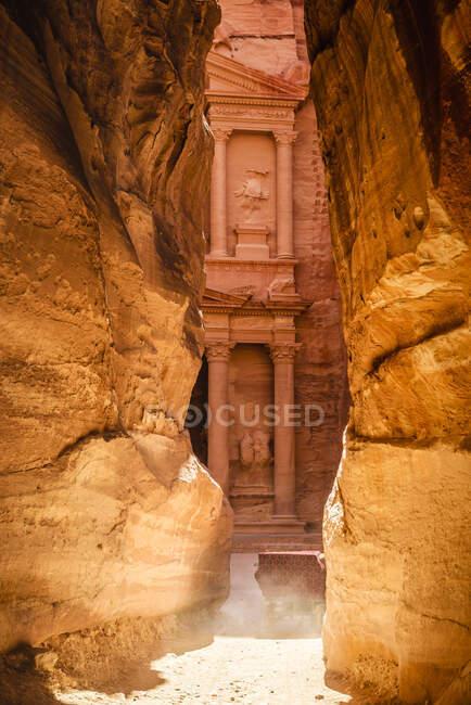 Здание Аль-Хазна, вырезанное в скале, Озил, Иордания, Иордания — стоковое фото