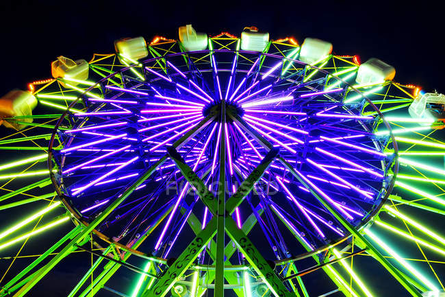 Neon Ferris wheel ride at amusement park at night, Puyallup, Washington, USA — Stock Photo