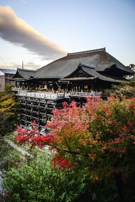 Vue en angle élevé du bâtiment traditionnel au sommet de la colline, Fushimi Inari, Kyoto, Japon — Photo de stock