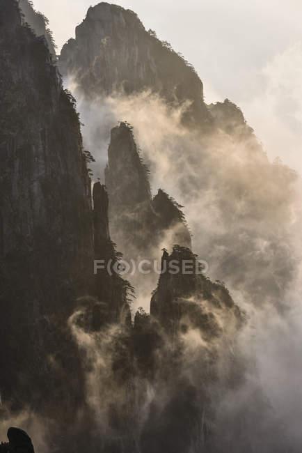 Туман прокат по горах, Хуаншань, Аньхой, Китай, — стокове фото